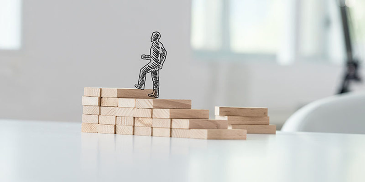 Wide view image of hand drawn silhouette of a businessman climbing up the steps made of wooden pegs on a business office desk. Schlagwort(e): promotion, ambition, education, business, career, upward, success, up, moving, businessman, stairs, step, achievement, development, progress, climbing, growth, walking, climb, successful, professional, confident, opportunity, challenge, grow, forward, graduation, effort, improvement, determination, motivation, life, strategy, direction, associate, knowledge, advance, breakthrough, process, aspiration, personal, wide, view, wooden, steps, stairway, concept, silhouette, office, desk, drawn